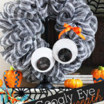 Giant Googly Eye Halloween Wreath + Fun Halloween Mantel #spookyspaces