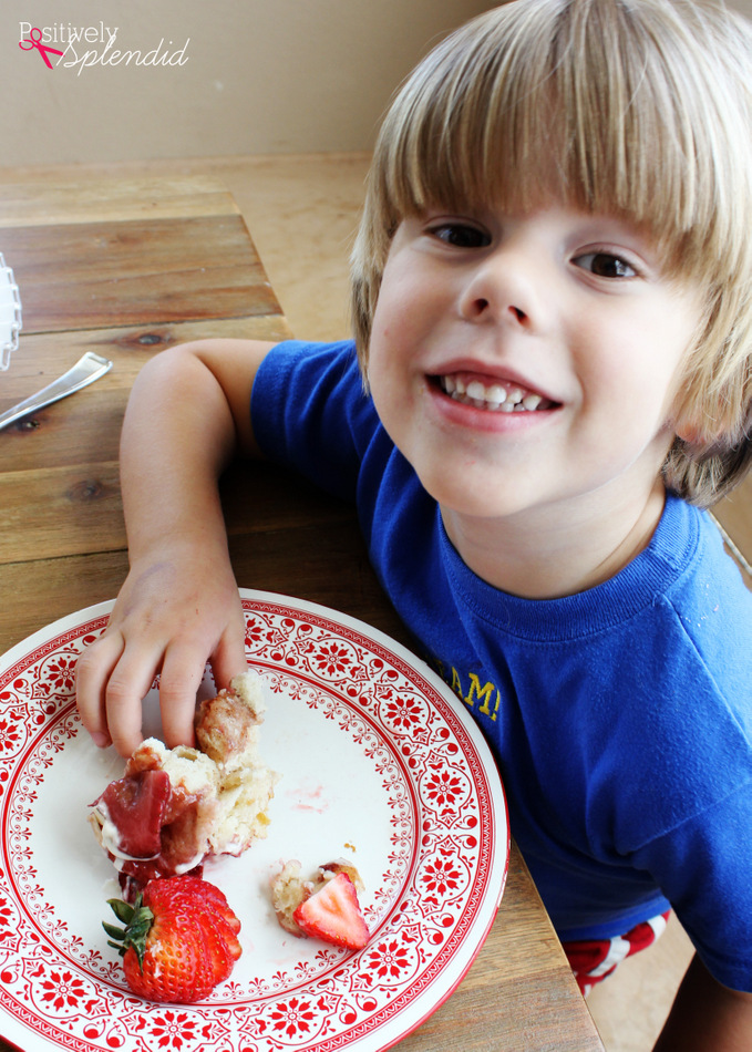 Strawberry Monkey Bread with Cream Cheese Glaze - Easy and yummy for spring! #HugtheMess