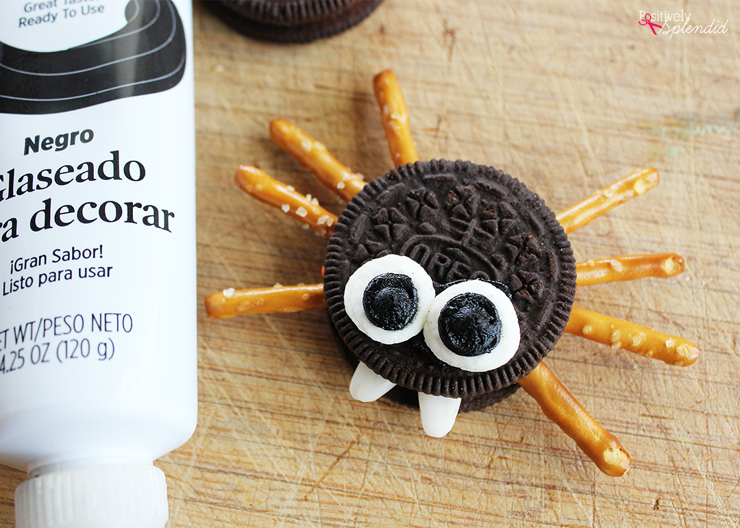 Adorable Oreo cookie spiders are a perfect Halloween food craft to make with kids! #hugthemess