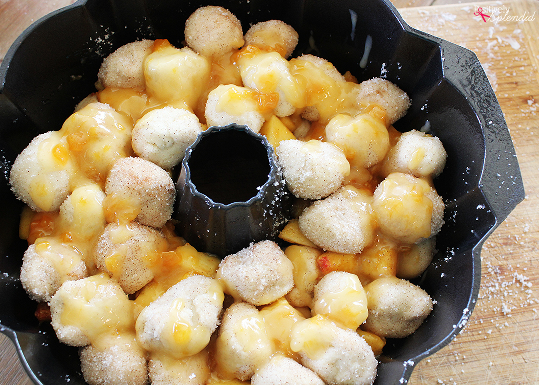 Peaches and Cream Monkey Bread Recipe by Positively Splendid. A perfect idea for brunch or dessert!