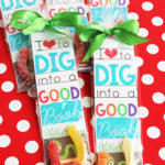 Bookworm printable valentine bookmarks. A darling and easy classroom valentine idea!